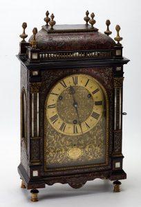380 Reloj francés de sobremesa estilo Luis XIV realizado con madera ebanizada y decoración Boulle.00