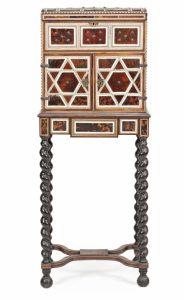 Cabinet con remate de baúl indo-portugués en carey y marfil con aplicaciones en latón, del siglo XVII- principios del siglo XVIII. Salida: 5.000 euros Remate: 14.000 euros