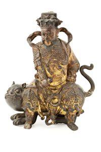 """Dios de la Fortuna """"Zhao Gongming"""". Escultura en hierro parcialmente lacado en rojo y dorado. Escuela china del siglo XIX. Salida: 2.500 euros Remate: 9.000 euros"""