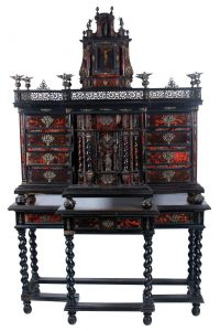 Papelera con su mesa en madera ebonizada, carey y aplicaciones en bronce dorado. Italia pp. S. XVIII. Salida: 7.500 euros Remate: 7.500 euros