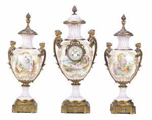 Guarnición francesa estilo Napoleón III formada por reloj y pareja de jarrones en porcelana tipo Sèvres con monturas en bronce dorado, del último cuarto del siglo XIX. Salida: 6.000 euros Remate: 15.000 euros