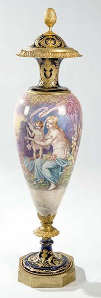 116_858 Jarrón de porcelana de Sèvres con escenas galantes realces dorados y montura de bronce dorado, pps.S.XX.00