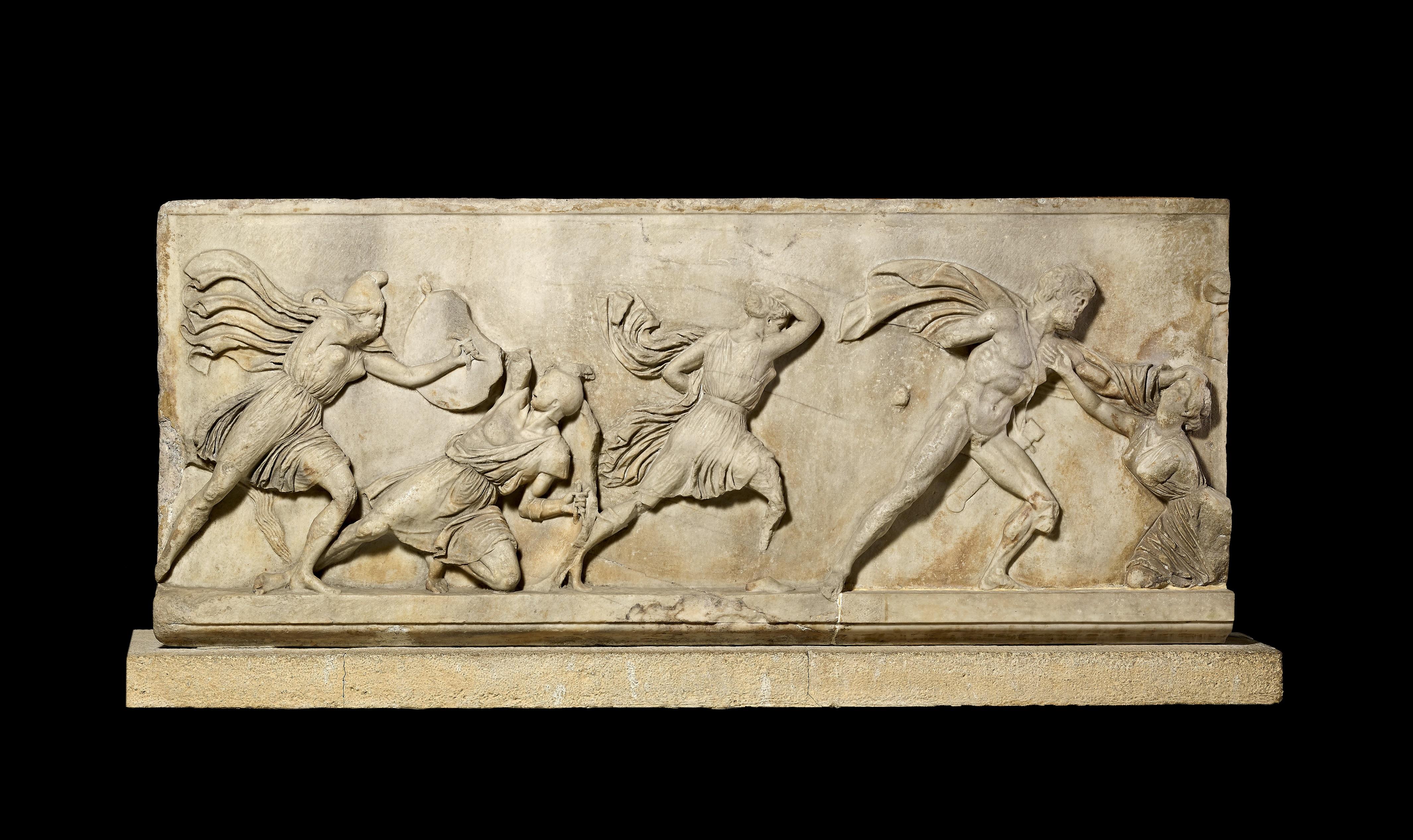 i-bloque-de-un-friso-con-una-batalla-entre-griegos-y-amazones-i-relieve-de-marmol-c-350-a-c-hallado-en-mausoleo-de-ha