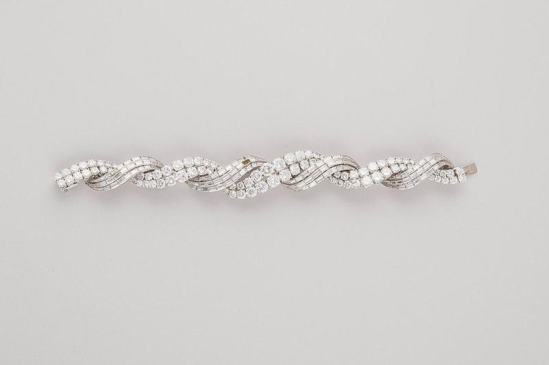144-Pulsera-DE-MEDIADOS-DEL-S.-XX-formada-por-bandas-entrelazadas-de-oro-blanco-decoradas-con-ciento-treinta-y-siete-diamantes-talla-baguette-.00