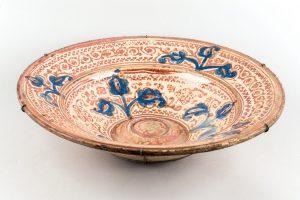 584-Plato-hispano-morisco-de-cerámica-de-Manises-de-reflejo-metálico-cobrizo-y-azul.-S.-XVII.
