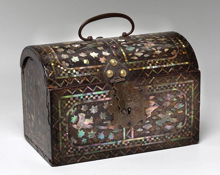823-Arqueta-japonesa-período-Namban-en-madera-lacada-con-incrustaciones-de-nácar-formando-enredaderas-vegetales.-00-copia