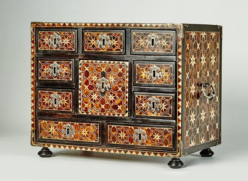 lote-1148-Escritorio-en-madera-de-guanacaste-ébano-palosanto-y-enchapado-en-carey-y-hueso-formando-motivos-geométricos.00