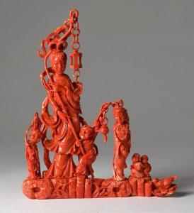 lote-549-Dama-con-niños.-Grupo-escultórico-en-coral-tallado-00