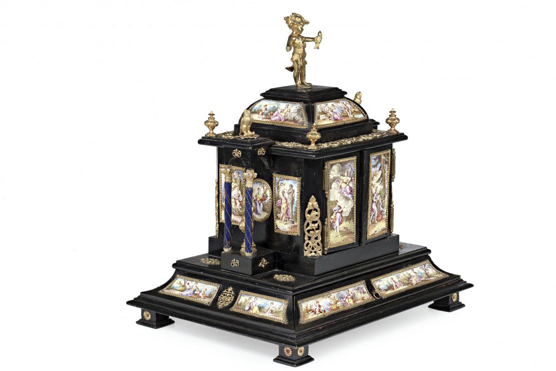 1077-Joyero-vienés-en-madera-ebonizada-con-placas-de-esmalte-pintado-y-aplicaciones-en-bronce-dorado,-del-último-cuarto-del-siglo-XIX