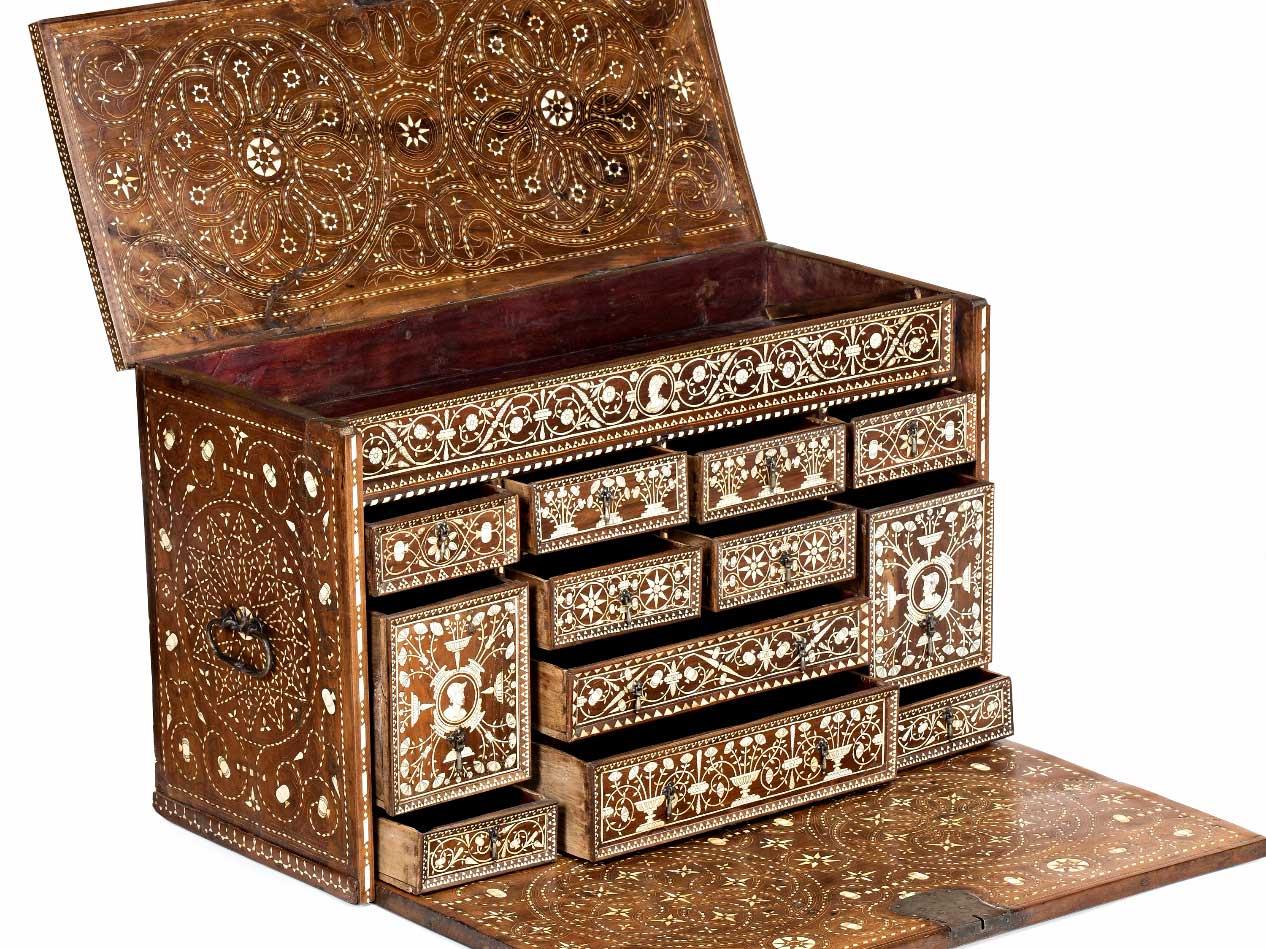 829-Escritorio-renacentista-de-la-Corona-de-Aragón-en-nogal-con-taracea-de-hueso-entintado,-del-siglo-XVI.00