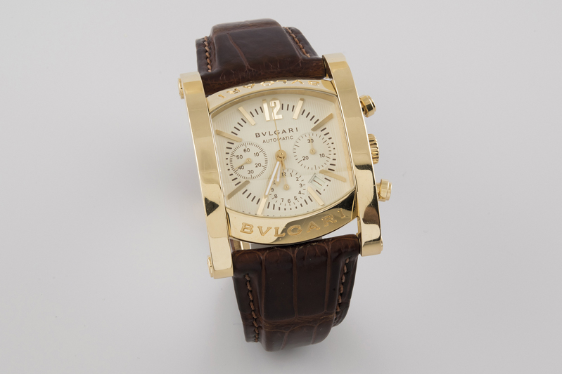 120 Reloj BVLGARI modelo Assioma crono, para caballero, de oro. Sistema de carga automática con funciones horarias, minuteras, segunderas, calendario y cronógrafo. 00