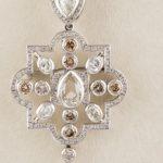 122-Collar-de-oro-blanco-con-colgante-central-en-el-que-destaca-un-diamante-talla-marquise,-peso-aproximado-1,10-ct.01