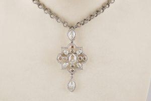 122-Collar-de-oro-blanco-con-colgante-central-en-el-que-destaca-un-diamante-talla-marquise,-peso-aproximado-1,10-ct.02