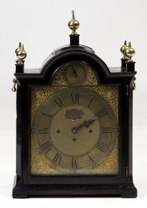 280 Reloj Bracket ingles de sobremesa con caja de madera. Asas laterales en bronce y cinco pináculos de remate. Robert Higgs.00