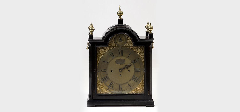 280-Reloj-Bracket-ingles-de-sobremesa-con-caja-de-madera.-Asas-laterales-en-bronce-y-cinco-pináculos-de-remate.-Robert-Higgs.00