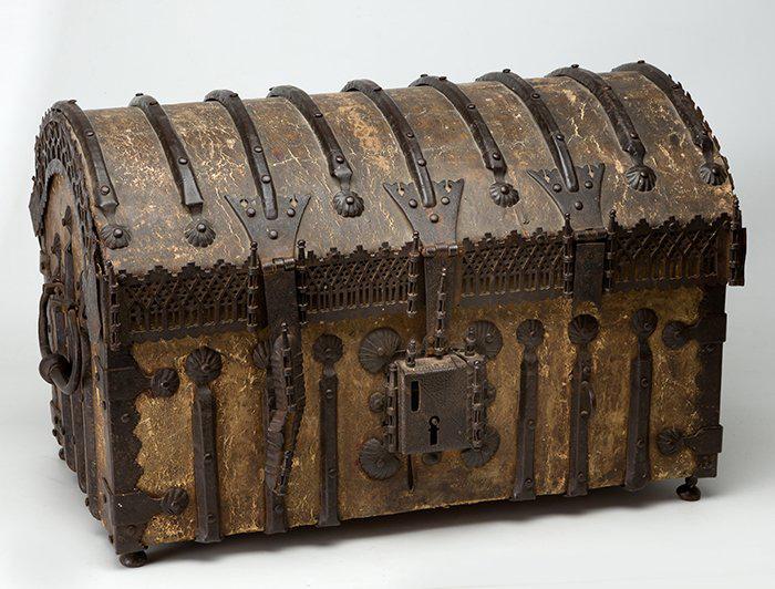 312-Cofre-gótico-español-encorado,-S.-XV-XVI,-con-alma-de-madera.00