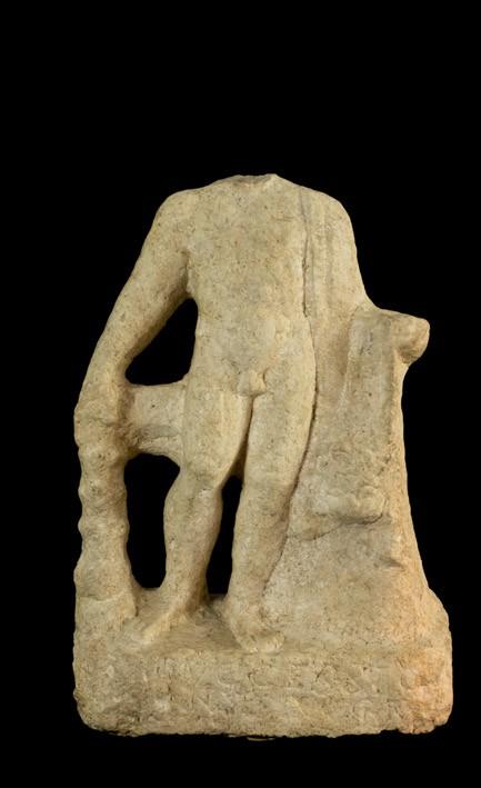 433 Torso de Hércules. Roma, SS. II-IV d. C. Mármol. Presenta inscripción en latín en la parte inferior.00