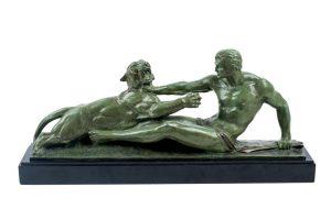 504 El gladiador y la fiera. Bronce patinado en verde. Firmado Jean Magrou. Bronze Veritable. Circa 1930. Peana de mármo negro de Bruselas.00