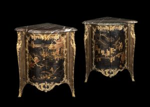 311 Pareja de rinconeras francesas con paneles de laca japonesa y monturas de bronce dorado. Tapas de mármol Campan Grande Melange, época Luis XV S.XVIII. Hacía 1740-50