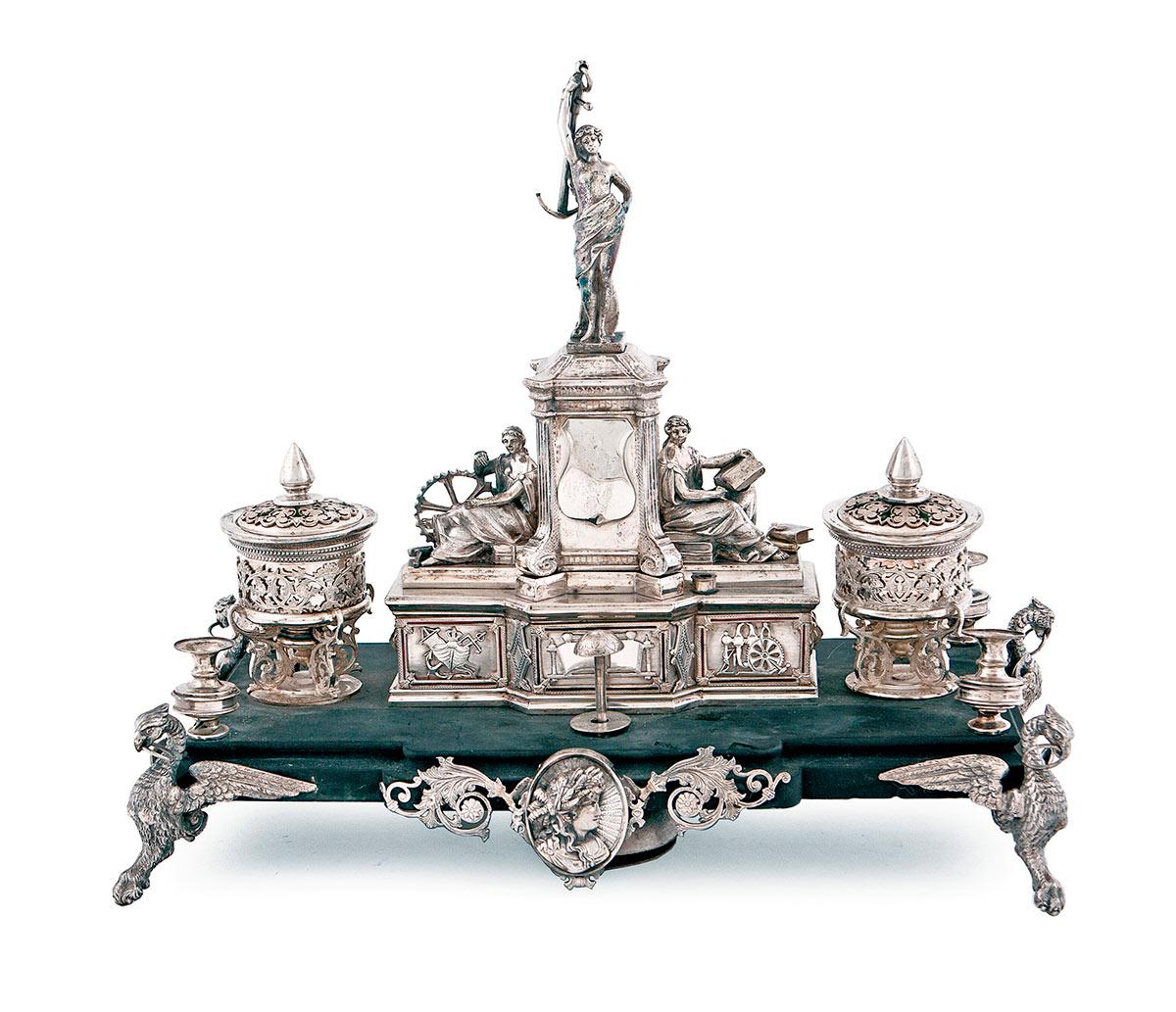 412-Escribanía-de-plata-con-marcas-de-Barcelona,-Rovira,-SS.-XIX-XX,-decorada-con-esmaltes-sobre-peana-de-mármol,-c.-1900