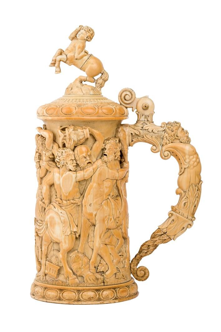442 Tankard alemán en marfil tallado, último cuarto S. XIX. Presenta forma cilíndrica con escenas de la batalla entre centauros y lapitas talladas en altorrelieve.00