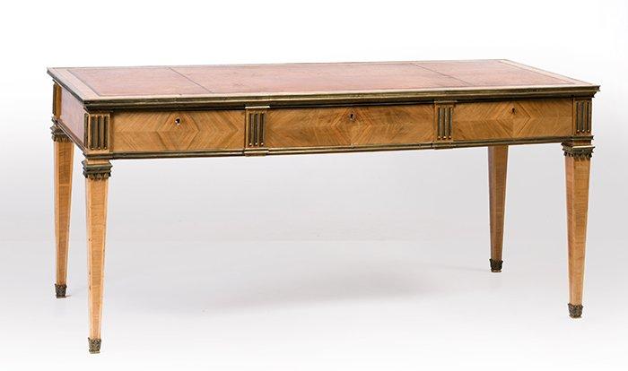 478 Bureau plat, estilo Luis XVI en madera de caoba dispuesta en frisage. Tapa con centro tapizado en piel color miel y aplicaciones en bronce dorado.00