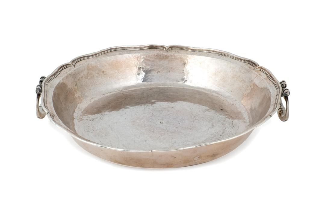 530 recipiente de plata colonial. Finales S. XVIII. Borde ingletado y asas laterales. Esta tipología de recipientes se utilizaba como pila bautismal.00