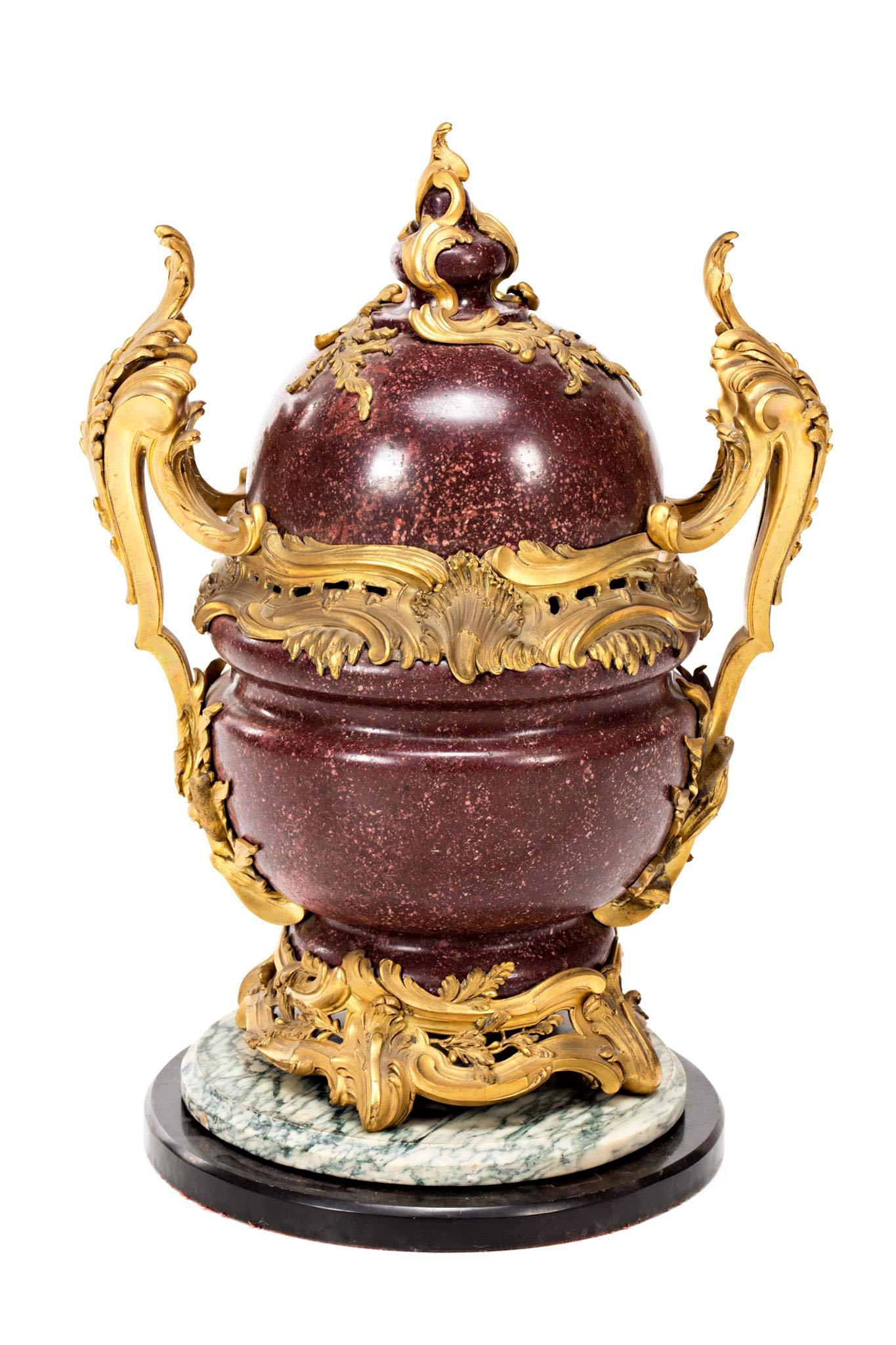 564-Pot-pourri-Napoleón-III-en-pórfido-egipcio-con-montura-estilo-Luis-XV-en-bronce-dorado,-de-la-segunda-mitad-del-siglo-XIX