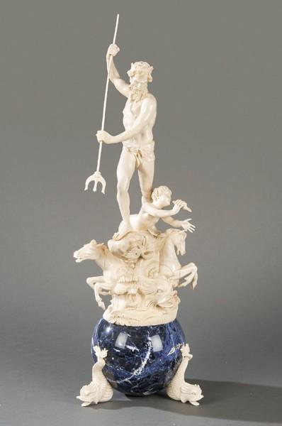 569 Neptuno con Tritón. Escultura tallada en marfil con base de sodalita en esfera. Escuela española S. XX.00
