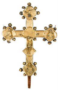 60-Cruz-procesional-de-doble-cara-en-cobre-dorado-y-cincelado-con-alma-de-madera-y-laterales-recubiertos-en-plata-repujada.-Italia.-Siglo-XV