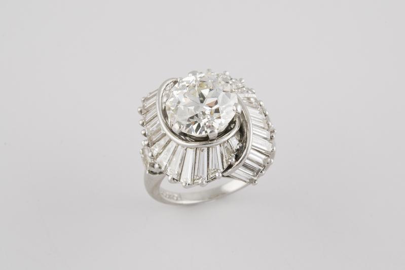 93 Sortija realizada en platino, con un brillante central talla antigua, peso aproximado 2,60 ct,.00