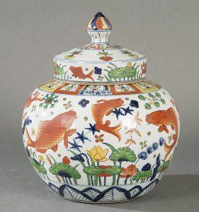 930 Vasija con taqpa y decoración polícroma De Peces de la Dinastía Ming con marca y periodo de Jiajing 1522-1566.00