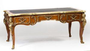 452 Bureau plat estilo Luis XVI en madera de caoba, con aplicaciones en bronce dorado, propias del estilo. Faldón con tres cajones y patas galbeadas. Esquinas con espagnoletes.00