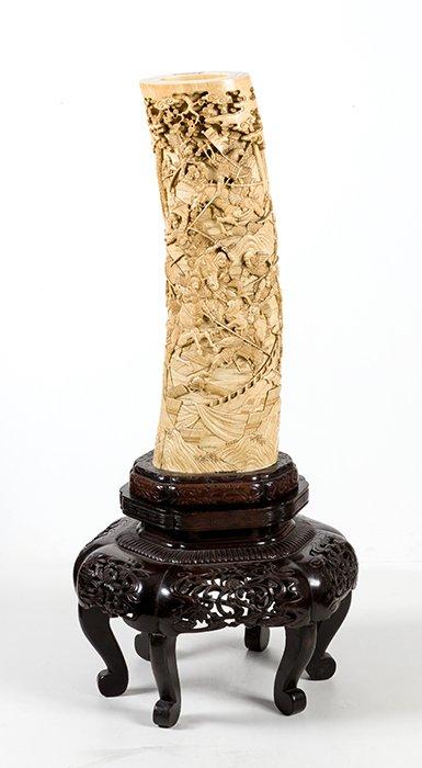 733 Base de colmillo de marfíl chino s.XIX, con decoración profusamente esculpida de escenas de batalla.00