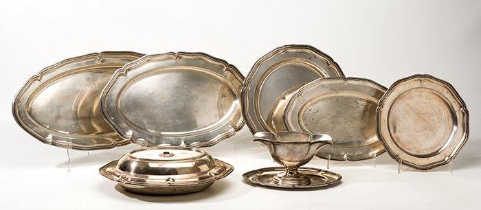 753 Vajilla de plata española punzonada ley 916, diseño ingletado. Consta de 3 fuentes ovales, dos circulares, legumbrera y salsera. 00