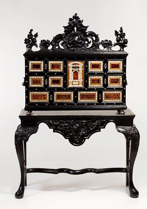 830 Mueble papelera italiano, Florencia finales S. XVII, en madera ebanizada. Totalmente decorado con aplicaciones de concha de tortuga, hueso y metal plateado. Copete con motivo de rocalla tall