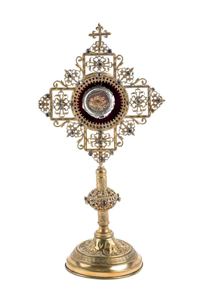 653 Relicario de San Juan Bosco formado por cápsula de plata introducida en soporte de bronce dorado y decoración a base de vidrios. S. XIX.00
