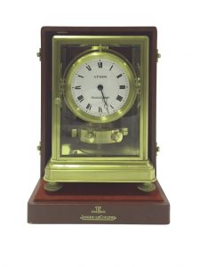 590 Reloj de sobremesa Jaeger-LeCoultre Atmos, Suiza. Nº. 1265. Caja de latón dorado y cristal. En su estuche original. 00