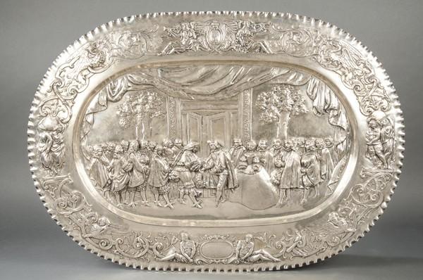 690 Entrevista de Luís XIV y Felipe IV en la Isla de los Faisanes el 7 de junio de 1660. Bandeja de plata alemana repujada y cincelada, punzonada de Simon Roseanau, Bad Kissingen ff. S. XIX.00