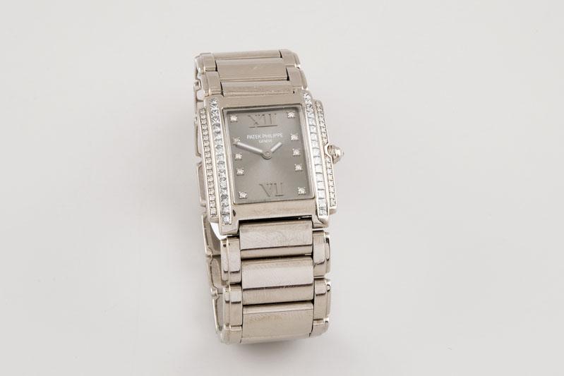 107 Reloj PATEK PHILIPPE modelo Twenty 4, realizado en oro blanco. Movimiento de cuarzo con funciones horarias y minuteras. Caja estilo manchette.00