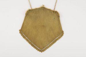110 Bolso para tarde ART-DECO, realizado en oro, boquilla con motivos lobulados decorada por ónice, coral y cuarenta y cuatro diamantes talla rosa.00