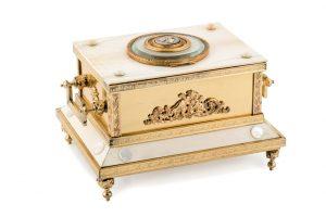 523 Caja joyero realizada en bronce, marfil y aplicaciones de nácar. Francia, Siglo XIX. Placa central con camafeo de bronce y marfil de la diosa Minerva. 00