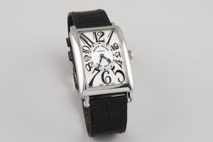 123 Reloj FRANCK MULLER modelo Long Island, realizado en acero. Movimiento de cuarzo con funciones horarias y minuteras. Caja cuadrada, esfera metálica en guilloche, numeración arábig