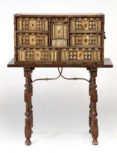 287 Mueble papelera S XVII en madera de nogal, con decoración tallada y policromada y aplicaciones en hueso. 00