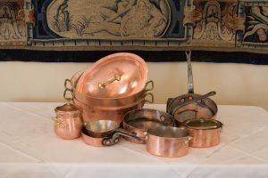 55 Lote de 10 piezas de cobre con sartenes y cacerolas. Servicio de cocina en cobre antiguo y de época posterior compuesto por 10 piezas entre sartenes y cacerolas.00