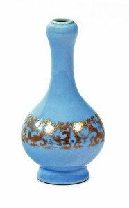 "Jarrón ""garlic"" chino en porcelana azul ""clair de lune"" parcialmente dorado, de mediados del siglo XX. Salida: 750 euros Remate: 3.750 euros"