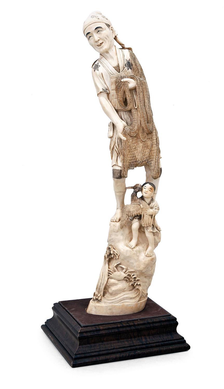 692-Pescador-con-niño-y-pez,-Figura-en-marfil-tallado-y-grabado-con-toques-de-negro-de-gran-calidad,-Japón,-periodo-Meiji,-S.XIX.-Sobre-base-de-madera.01