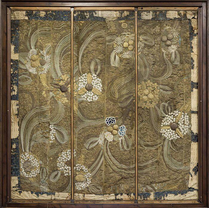 756-Antiguo-tapiz-bordado,-oriental-S.XIX.-Realizado-en-seda-con-bordado-de-entrelazos-florales-y-vegetales-en-hilos-de-oro-y-plata.-Encuadre-con-caligrafías.02