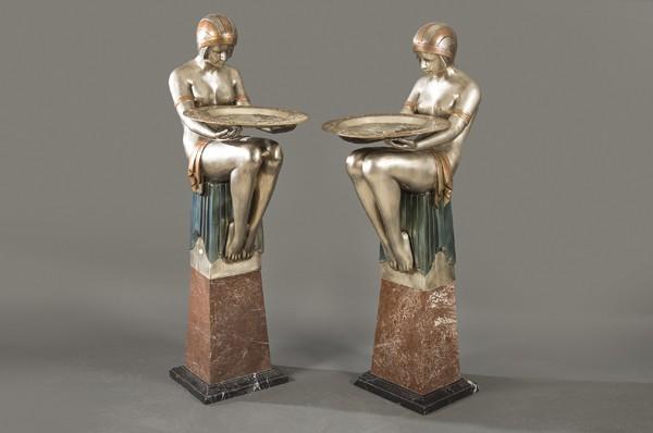 813 Mujeres Sentadas. Pareja de grandes esculturas de bronce plateado y policromado estilo Art Deco. Con peana de mármol jaspeado y negro. 00