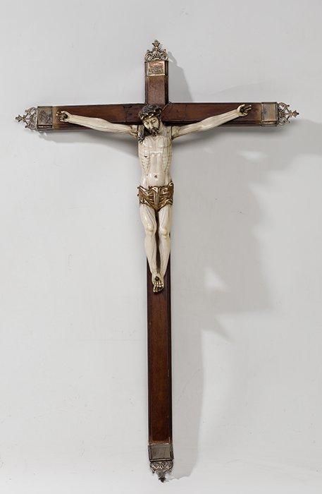 796 Cristo Crucificado. Escuela Hispano Filipina S.XVII. Escultura en marfil tallado con restos de policromía.00